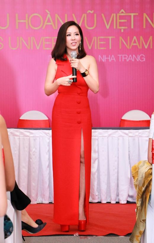 Trong buổi giao lưu, chia sẻ với các thí sinh Hoa hậu Hoàn vũ Việt Nam 2015, hoa hậu Thu Hoài chọn diện bộ váy có kiểu dáng khá lạ của nhà thiết kế Nguyễn Công Trí. Sắc đỏ nổi bật cùng những đường cắt tinh tế giúp bà mẹ 3 con ghi điểm tuyệt đối.