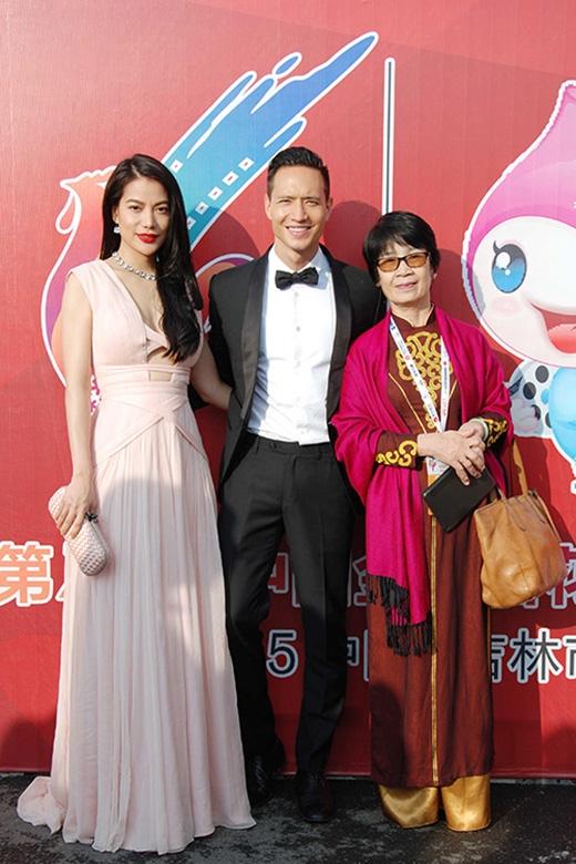 Thiết kế của Công Trí cũng là sự lựa chọn của Trương Ngọc Ánh khi tham dự liên hoan phim ở nước ngoài trong tuần qua. Thiết kế có tông hồng nhẹ nhàng mang đến vẻ ngoài ngọt ngào cho ngôi sao phimHương ga.