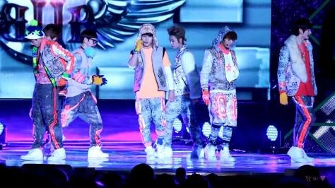 Với trang phục đông hè lẫn lộn và rườm rà như thế, không biết các chàng trai BTOB sẽ thực hiện các bước nhảy như thế nào?