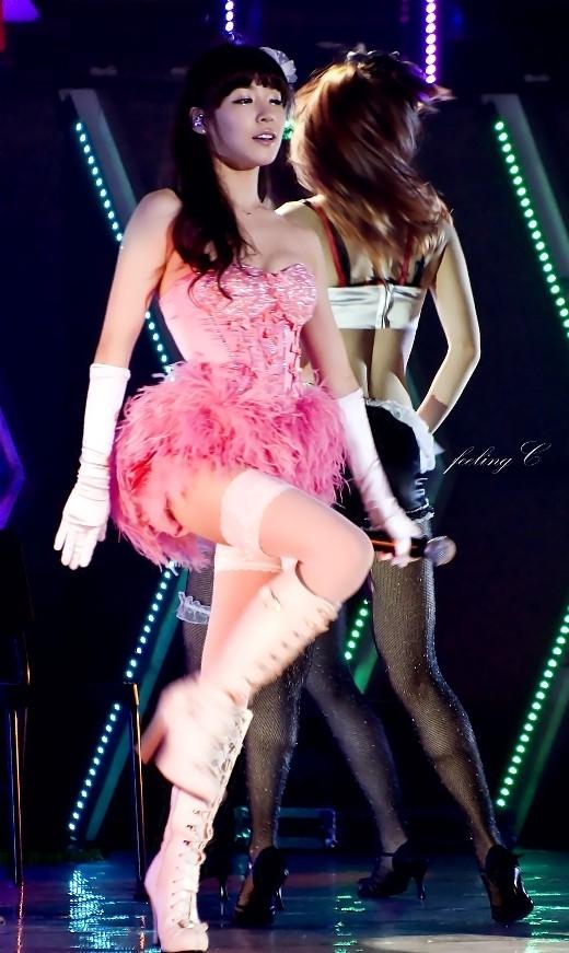 """Màn trình diễn Lady Marmade của bộ đôi Taeyeon và Tiffany trong concert SNSD khiến các fan """"phát cuồng"""" nhưng lại không thể hiểu nổi thời trang họ mặc. Nhiều ý kiến cho rằng trông hai thành viên SNSD như đang… diễn xiếc."""