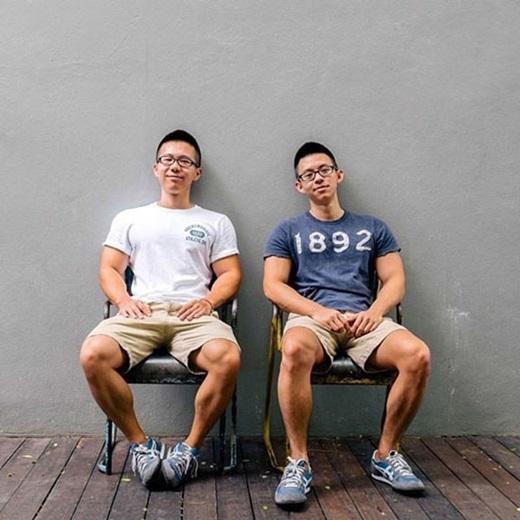 Khuôn mặt thư sinh với cặp mắt kính và thân hình vạm vỡ, nam tính khiến hai anh chàng giống nhau đến khó tin. (Ảnh:Internet)