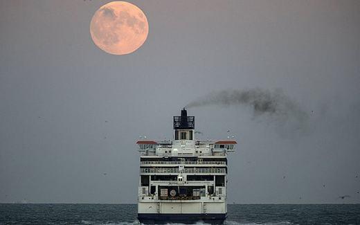 Cảnh mặt trăng tuyệt đẹp khiến nhiều người phải ồ lên. Hình ảnh được ghi lại tại cảng Dover, Anh. (Ảnh: Telegraph)