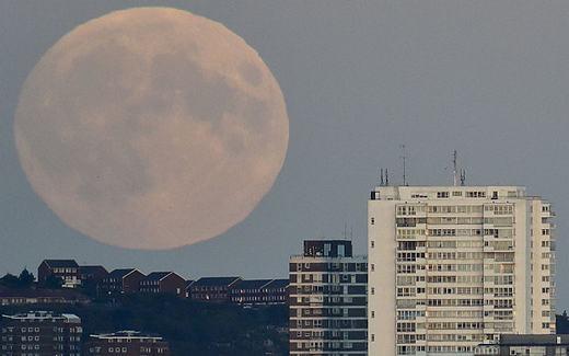 Cũng tại Brighton, Anh, người ta thấy Mặt trăng lớn hơn nhiều lần so với thông thường. (Ảnh: Telegraph)