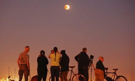 """Người dân Melbourne, Úc cũng không bỏ lỡ hiện tượng thiên văn """"ngàn năm có một"""" này. (Ảnh: Getty Image)"""