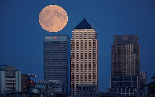 """Những tòa nhà cao tầng và """"siêu Trăng máu"""" ở thủ đô London, Anh. (Ảnh: Telegraph)"""