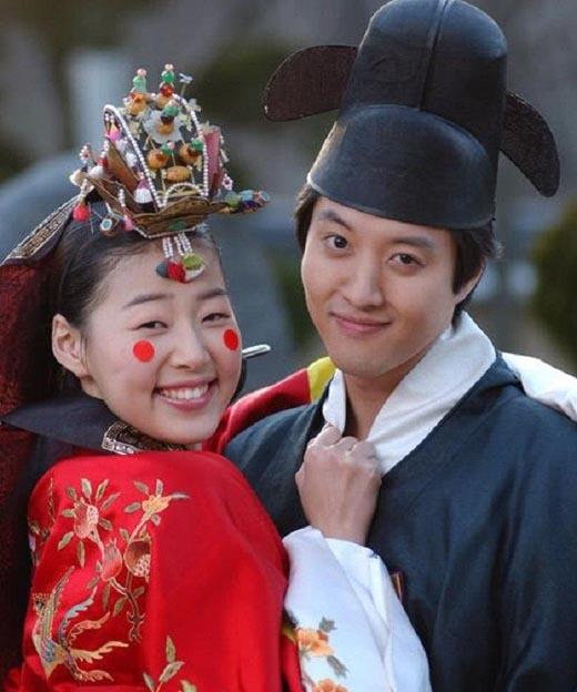 Han Ji Hye và Lee Dong Gun trở thành đôi vợ chồng đũa lệch đáng yêu trong phim Cô dâu nhỏ xinh.