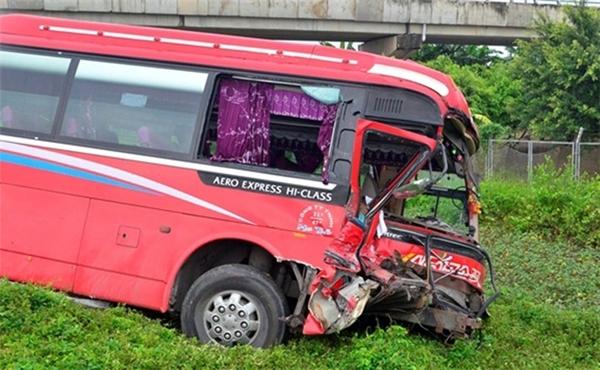 Vụ tai nạn khiến phụ xe khách tử vong tại chỗ, hàng chục hành khách hoảng loạn la hét.