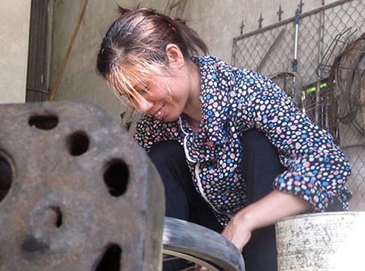 Dù cuộc sống gặp nhiều khó khăn, nhưng chị Hiền vẫn luôn nở nụ cười lạc quan. Ảnh: Đức Hùng