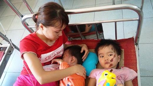Những tiếng khóc xé lòng của 2 đứa trẻ khiến tất cả mọi người trong phòng bệnh lặng đi.
