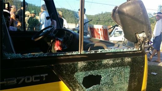 Chiếc xe bị ném vỡ kính, gương chiếu hậu bị bật tung khi tên Giáp lái xe đâm loạn xạ trên QL.