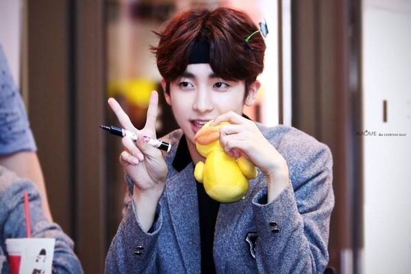 """Cậu bạn Xiao cùng nhóm cũng không hề kém cạnh, """"chịu chơi"""" mang cả vườn hoa cùng kẹpbướm trên đầu."""