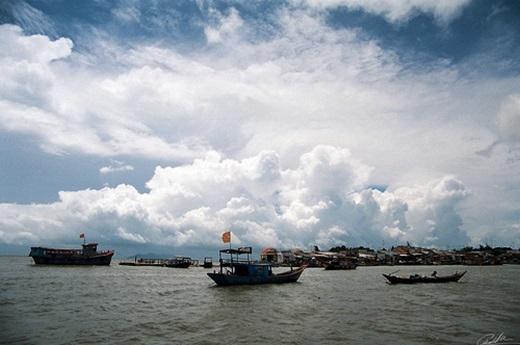 Những khối mây cuồn cuộn bên trên sóng nước mênh mông làm nổi bật cácchiếc thuyền đơn sơ.(Ảnh: Internet)