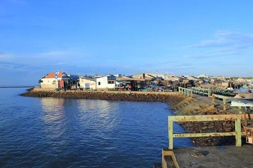 Bờ kè sát biển chính là cửa ngõ chào đón bạn đến với xã đảo hoang sơ này. Đây cũng là một điểmlí tưởng cho một cuộc ngắm bình minh hay buổi tản bộ chầm chậm đợi ngày tắt dần.(Ảnh: Internet)