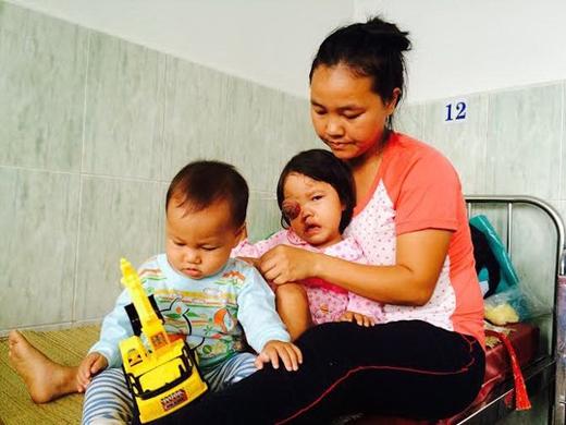 Mẹ con bé H'Tuyết KSơr lúc mới nhập viện ở Bệnh viện Mắt TP HCM