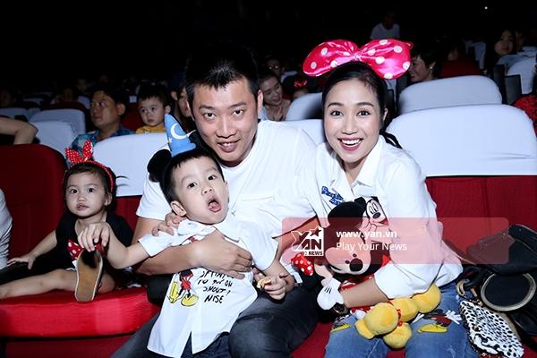 Cả gia đình tỏ ra thích thú khi được xem show diễn có nhiều nhân vật hoạt hình đáng yêu, nổi tiếng. - Tin sao Viet - Tin tuc sao Viet - Scandal sao Viet - Tin tuc cua Sao - Tin cua Sao