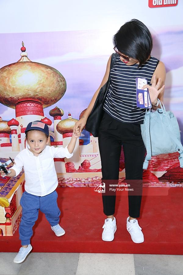 Cậu nhóc có phần khá hiếu động và nhanh nhẹn khi được tham gia Lễ hội Mickey cùng mẹ. - Tin sao Viet - Tin tuc sao Viet - Scandal sao Viet - Tin tuc cua Sao - Tin cua Sao