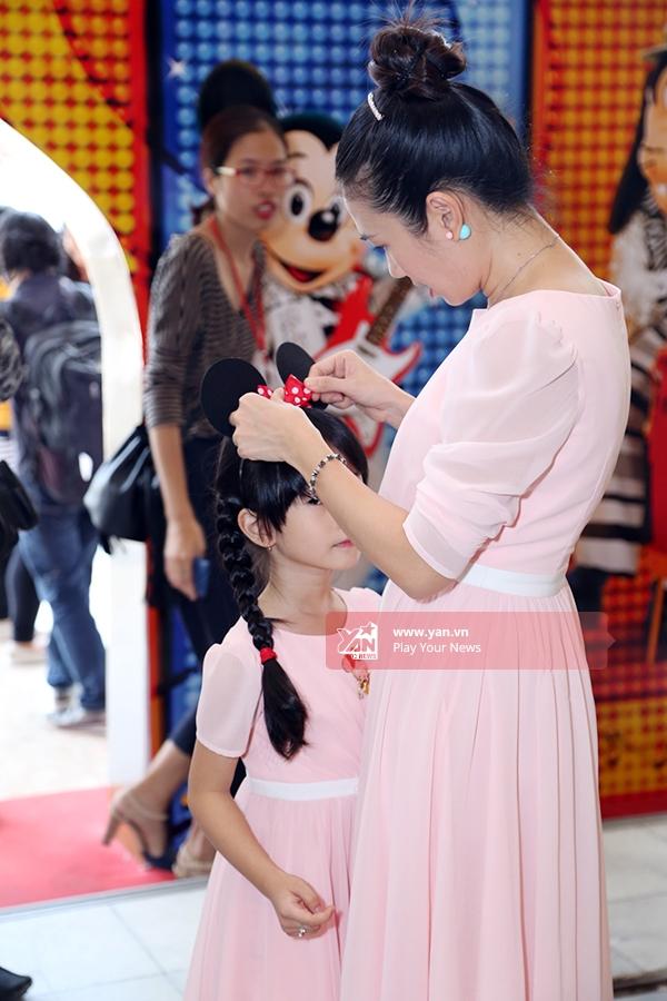 Nữ MC còn tinh tế cài nơ đỏ chấm bi cho con gái trông phù hợp với các chú chuột Mickey. - Tin sao Viet - Tin tuc sao Viet - Scandal sao Viet - Tin tuc cua Sao - Tin cua Sao