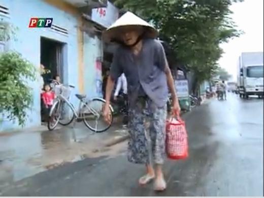 Cụ bà với dáng còng, cùng chiếc giỏ đi chợ đã trở thành hình ảnh thân thuộc hằng ngày tại quốc lộ 25. (Ảnh chụp từ màn hình)