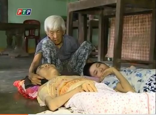 Dù đã gần 90 tuổi nhưng cụ vẫn phải chăm sóc cho 2 người con bị bại liệt, di chứng của chất độc màu da cam. (Ảnh chụp từ màn hình)