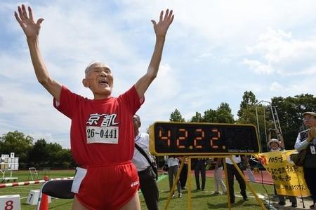 Choáng với cụ ông 105 tuổi lập kỉ lục thi chạy