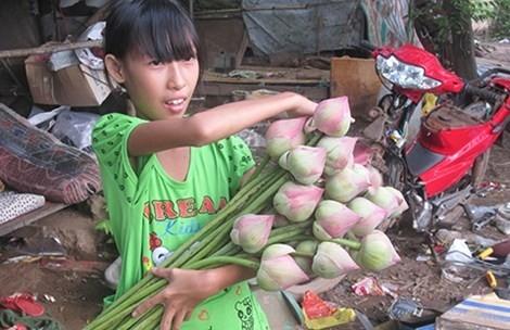 Bé Nguyễn Hồng Thanh thường lấy sách ra đọc và tập viết vào những lúc rảnh để thỏa niềm khát khao đến trường.