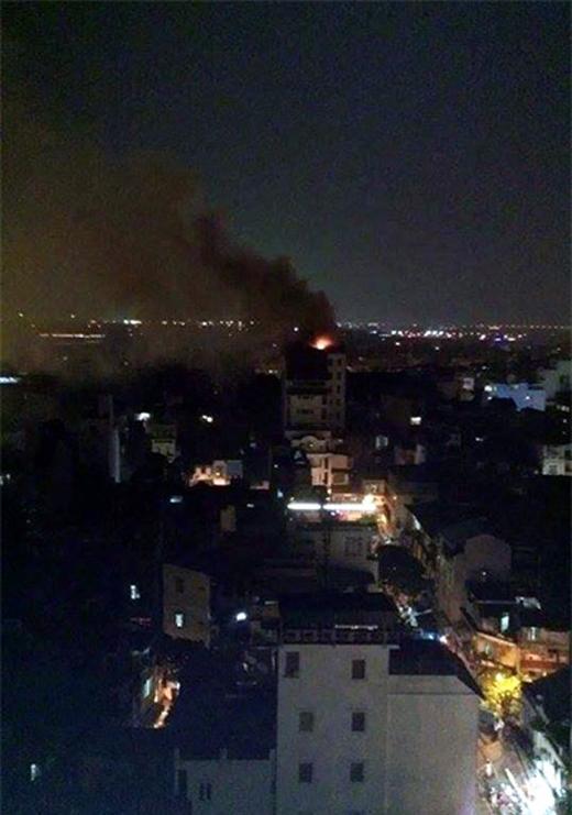 Nhìn từ xa có thể thấy cột khói đen bốc cao từ nóc khách sạn. (Ảnh: Tiến Nguyên)