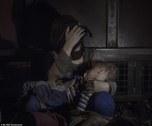 Xót xa bức hình đầy ám ảnh về những đứa trẻ tị nạn
