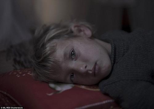 Walaa, 5 tuổi, rất sợ gối vì nó khiến bé nhớ lại các cuộc tấn công xảy ra tại thành phố quê hương của bé Aleppo.