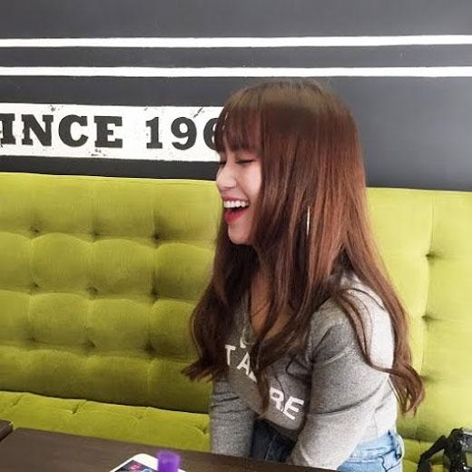Cô nàng không nhịn được cười trước những câu hỏi siêu dễ thương từ fan. - Tin sao Viet - Tin tuc sao Viet - Scandal sao Viet - Tin tuc cua Sao - Tin cua Sao