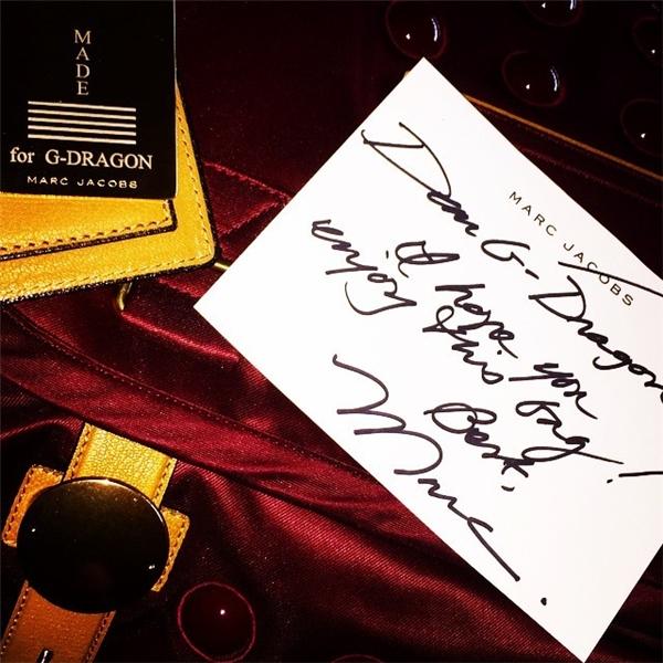 """Để chúc mừng sự trở lại của Big Bang, Marc Jacob đã hào phóng tặng cho G-Dragon chiếc túi Super Trooper trị giá 3.800 USD (tương đương 85,5 triệu đồng) kèm tag đầy ý nghĩa """"MADE for G-DRAGON"""". (MADE là tên album sắp phát hành của Big Bang)."""