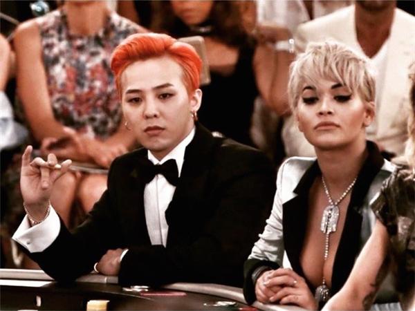 Tháng 7 vừa qua, G-Dragon trở thành một trong những đại diện hiếm hoi đến từ nền giải trí châu Á tham dự show diễn Chanel. Thậm chí, anh còn được đánh bạc cùng với hàng loạt những ngôi sao quốc tế như Kristen Stewart, Rita, Ora, Lily Collins…