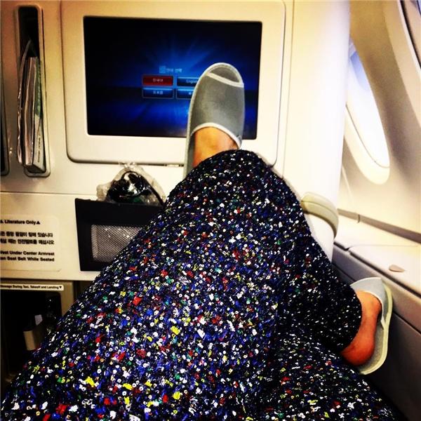"""G-Dragon từng """"vô tình"""" khoe bản thân đang tận hưởng khoang hạng sangmáy bay khi đăng tải chiếc quần màu mè cùng dáng ngồi thoải mái của anh."""
