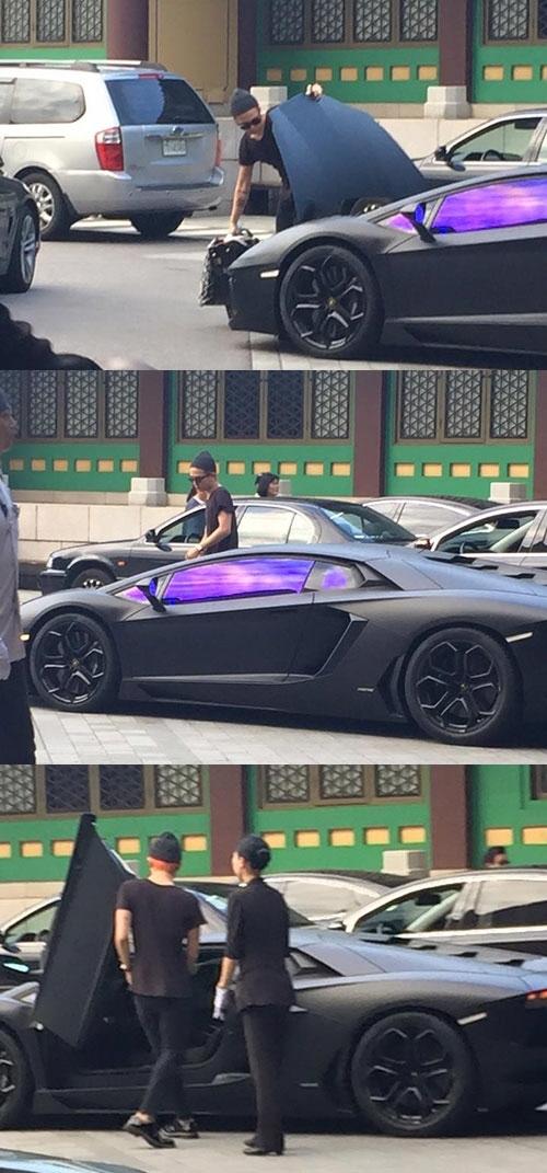 """Đúng với cá tính quái quái, độc đáo, phương tiện đi lại của G-Dragon cũng là niềm mơ ước của không ít người. """"Siêu xe"""" Lamborghini Aventador màu đen trị giá """"khủng"""" 489.000 USD (tương đương 11 tỉ đồng) luôn thu hút mọi sự chú ý nhờ vẻ ngoài hào nhoáng của nó."""