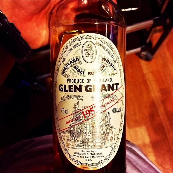 """G-Dragon từng khoe chai rượu whisky 63 năm tuổi có giá """"trên trời"""" tận 2.000 USD (tương đương45 triệu đồng)."""