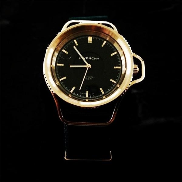 Không phải lúc nào G-Dragon cũng toàn nhận được quà từ các thương hiệu nổi tiếng. Trưởng nhóm Big Bang cũng từng gửi đến Givenchy chiếc đồng hồ Seventeen như một món quà cảm ơn.