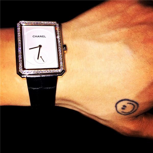 """G-Dragon khiến """"tín đồ"""" của Chanel phải ganh tị khi trở thành một trong những người đầu tiên diện đồng hồ Boy Friend trị giá 27.000 USD (tương đương 607 triệu đồng), khi mà sản phẩm này vẫn chưa chính thức lên kệ."""