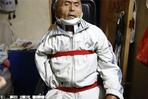 Ông Haoxin Li bị tai nạn lao động, gãy xương cột sống, bại liệt hai chân, không thể cử động được.
