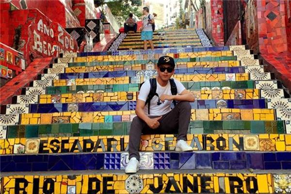 Hồ Quang Hiếu chụp hình lưu niệm tại khu phố Rio de Janeiro. - Tin sao Viet - Tin tuc sao Viet - Scandal sao Viet - Tin tuc cua Sao - Tin cua Sao