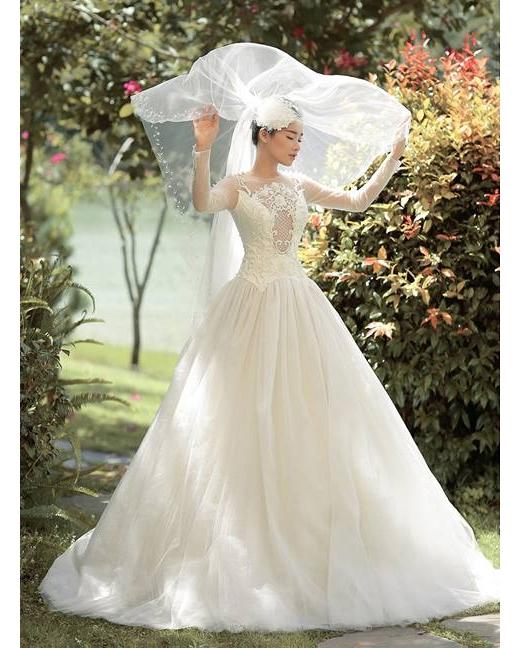 Nhã Phương diện váy cưới trắng xinh như thiên thần
