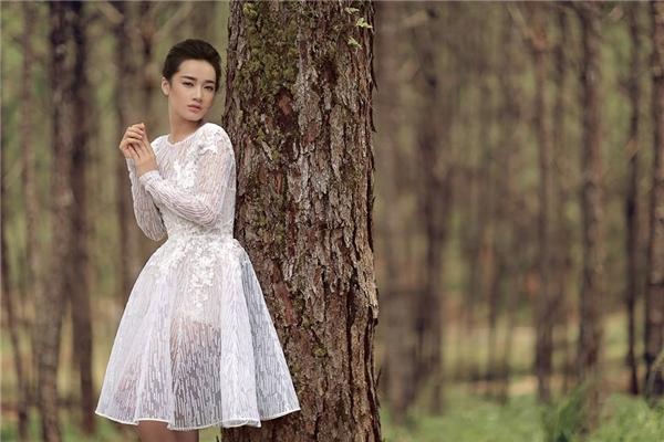 Phom váy xòe ngắn kín cổng cao tường nay đã trở nên lạ mắt, mới mẻ hơn nhờ chất liệu xuyên thấu cũng như sự phối hợp chất liệu ren một cách tinh tế.