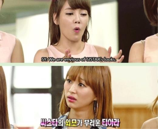 """Hyorin (Sistar) bị chỉ trích không tôn trọng tiền bối với câu trả lời trống không """"Chỉ cần tắm nắng là được"""" khi Soyeon (T-ara) trầm trồ ngưỡng mộ làn da bánh mật của cô nàng."""
