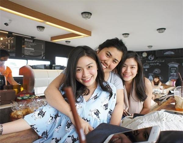 Đời thường, hai chị em đều là những cô nàng rất nhí nhảnh và đáng yêu. (Ảnh: Internet)
