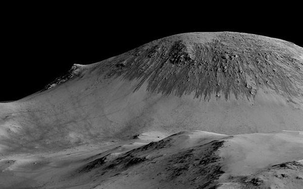 Các vệt đen dài hơn 100m được cho là những dòng nước ngầm đang chảy trên Sao Hỏa.