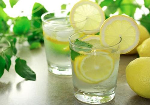 Uống nước chanh giảm cân đang được nhiều chị em thực hiện.