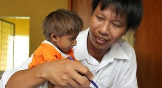 Cháu Đinh Văn K'Rể được cha đưa đến trường