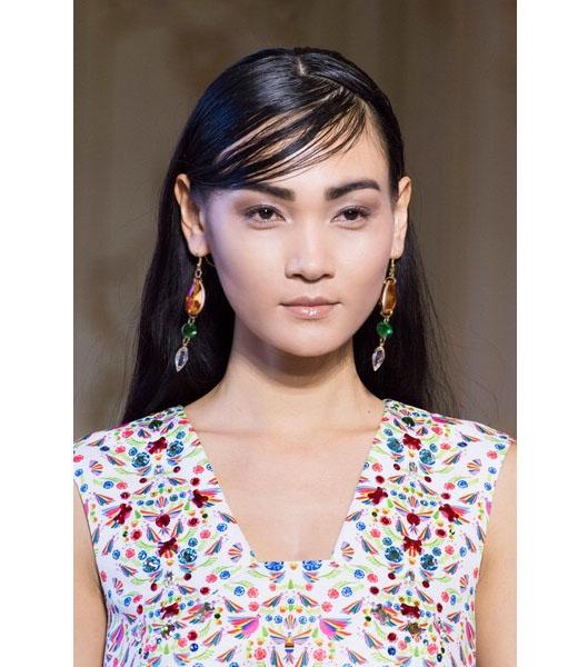 Gương mặt thuần Á của Thùy Trang trên sàn diễn Milan Xuân - Hè 2016. Trong những năm gần đây, người mẫu châu Á dần tấn công và xuất hiện nhiều hơn tại 4 kinh đô thời trang lớn.
