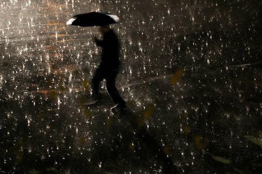 Người có ô khi trời mưa đã bước đi mạnh bạo, cuối cùng bị ướt. (Ảnh: Internet)