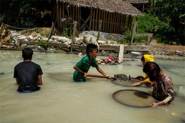 Các em nhỏ cùng nhau đãi vàng trên sông Bosigon, Malaya, Camarines Norte. Công việc khai thác vàng khiến trẻ em có nguy cơ bị nhiễm trùng, chết đuối và mắc nhiều bệnh về da
