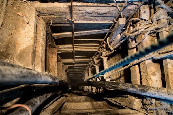 Con đường dẫn xuống một hầm khai thác vàng tại Malaya. Các em nhỏ phải trèo xuống dưới hầm trong nhiều giờ để khai thác