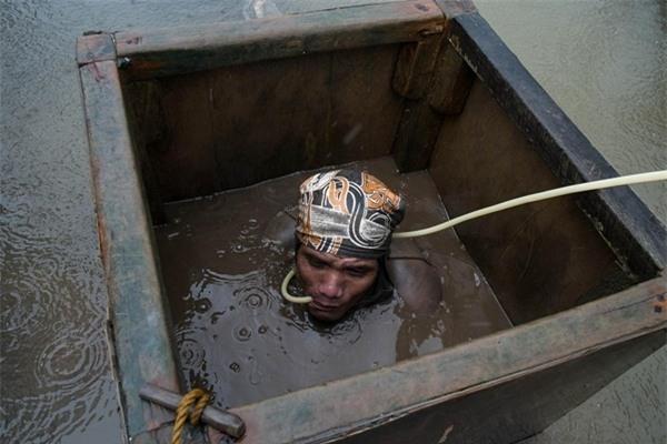Một người thợ mỏ lặn xuống nước tìm vàng tại Santa Milagrosa, Jose Panganiban.